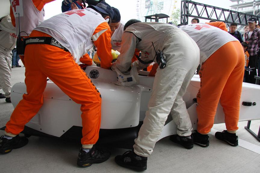 メディカルセンターの前で行われたドライバー救出訓練
