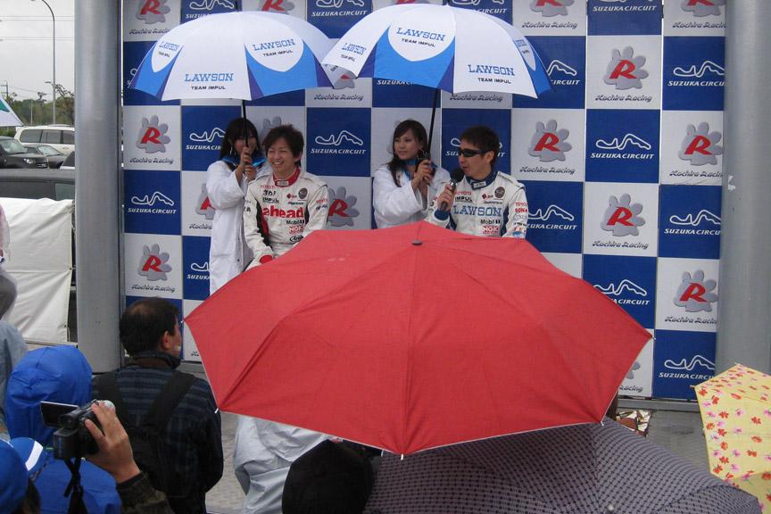 松田選手と平手選手のトークショーは雨にもかかわらず多くのファンが集まった