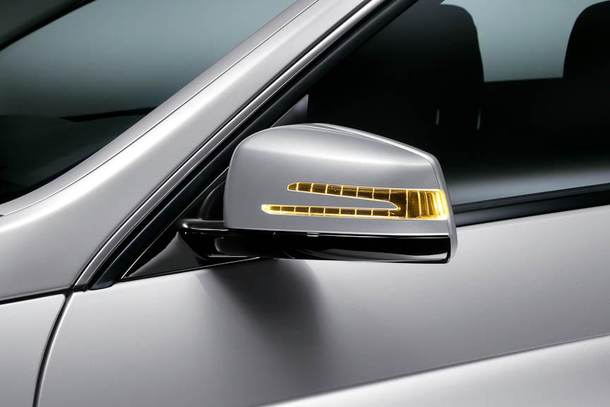 ドアミラー内蔵のターンシグナルランプは特異な形状