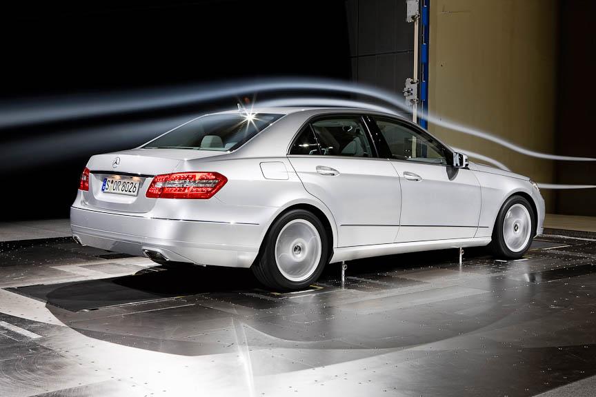 充電状態によっては動作を止めるオルタネーターや駆動ロスの少ない補機類、Cd値0.25のボディー、転がり抵抗軽減タイヤなどで燃費を改善