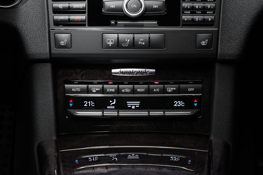 「クライメートコントロール」と称するエアコンは前席左右と後席を独立設定できる3ゾーンタイプ
