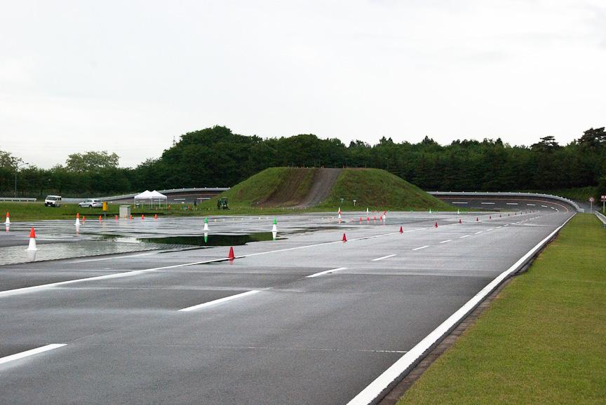 試乗会会場には、高速周回路や登坂路などさまざまなコースが用意される