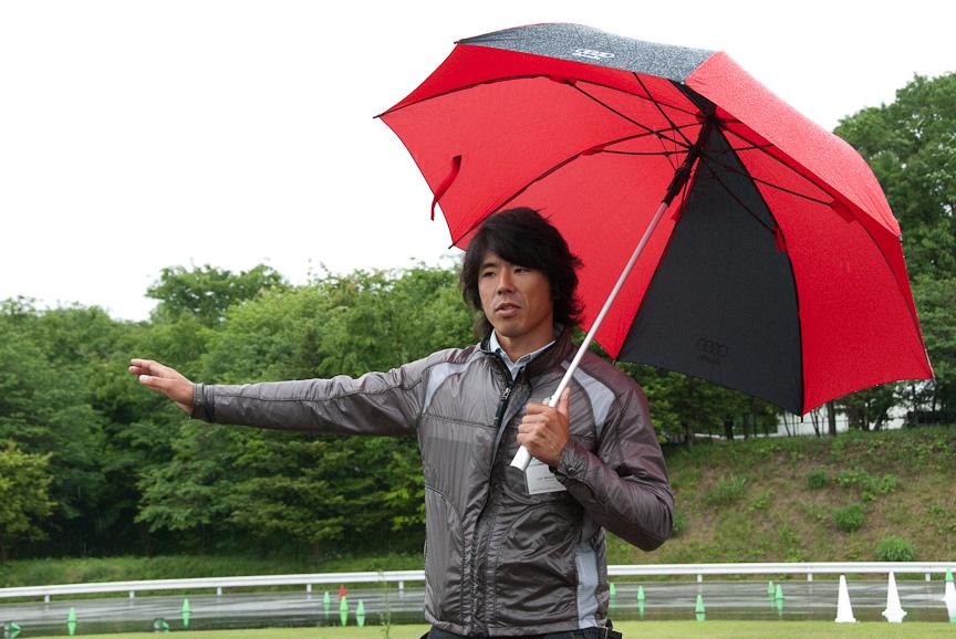 ラフロードでの講師を務めるのはダカールラリーでクラス優勝経験もある三橋淳氏