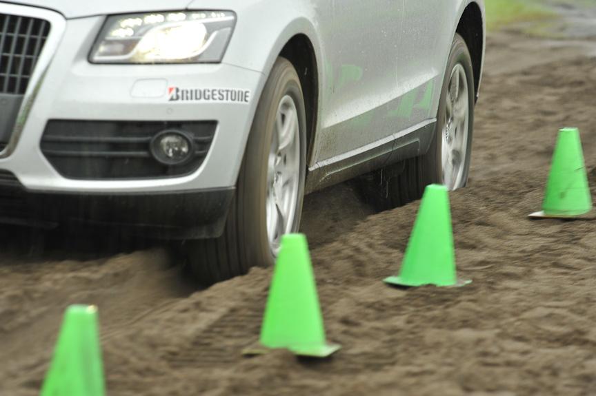 タイヤがロックしやすい砂地では、ABSがすぐに作動してしまい、なかなか止まることができない