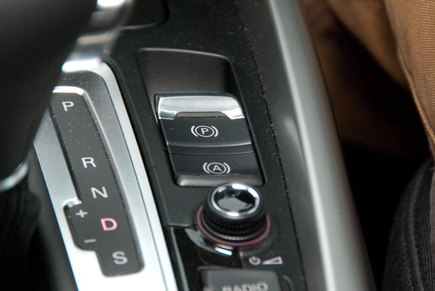 ヒルホールドアシストもスイッチを押すだけでOK。アクセルを踏めば自動で解除される