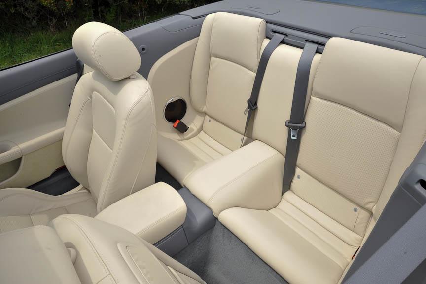 後席は荷物置き場程度の広さしかないが、ISO FIXが用意されている