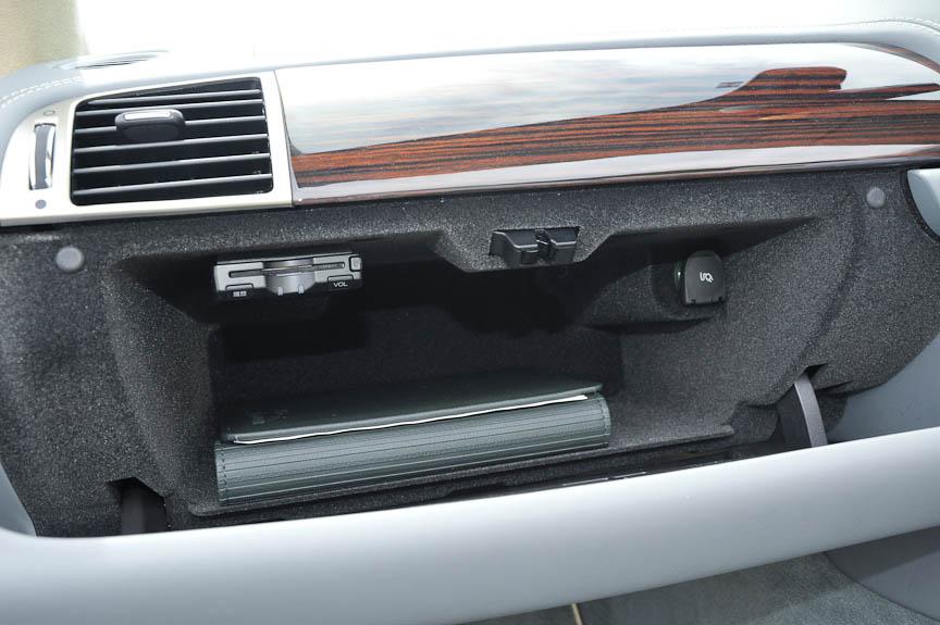 グローブボックス内にETC車載器を備える