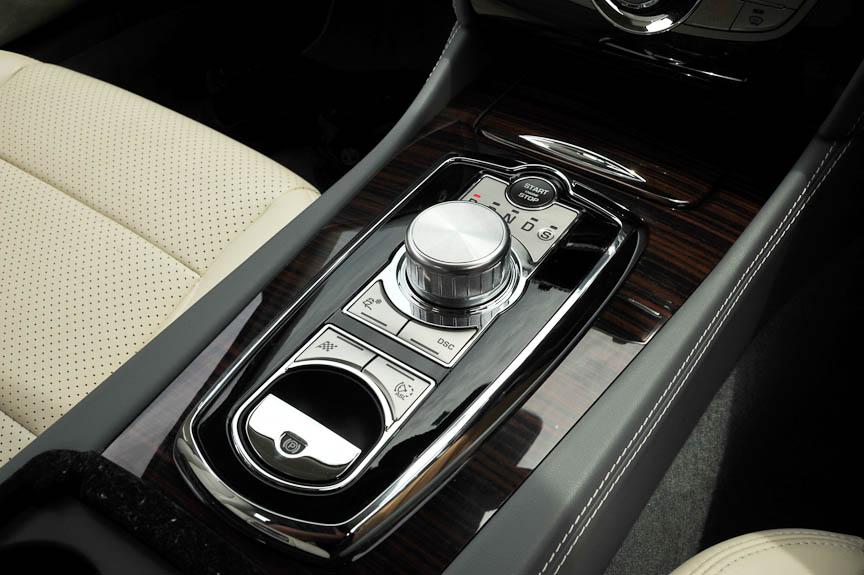 XFから搭載されるようになった「Jaguar Driveセレクター」。エンジン始動とともにダイヤルのATセレクターが上昇して操作可能になる。パーキングブレーキは電動式