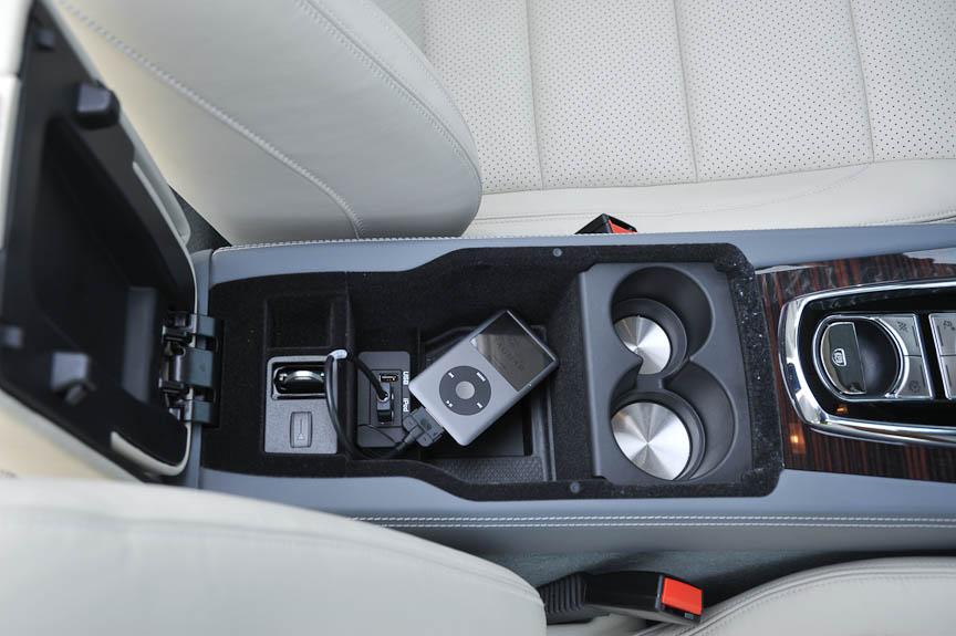 iPodやUSBオーディオのインターフェイスとリモコンキーの格納場所はアームレストの中