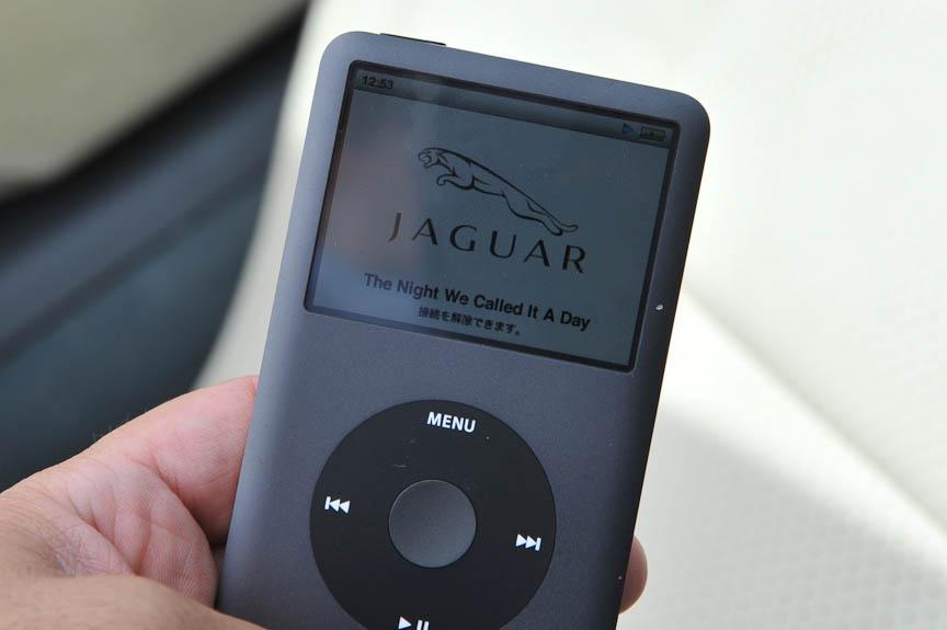 iPodを接続するとJaguarのロゴが表示される