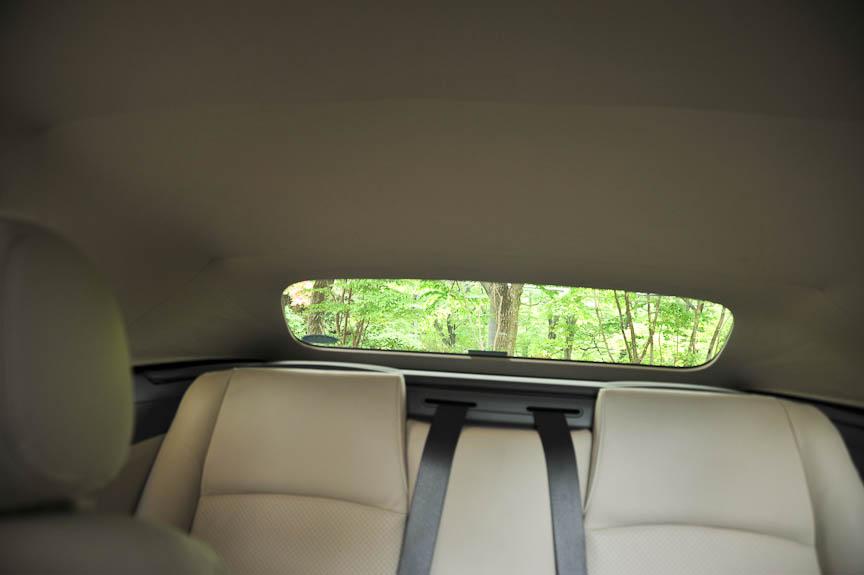ルーフを閉めた車内。リアウインドウはガラスだが小さく視界は限られる