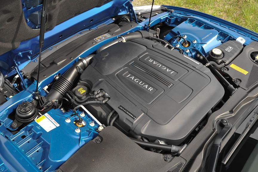 スーパーチャージャー付V8エンジン