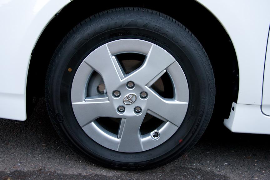 新型プリスと宮野滋氏。タイヤは標準で付いてきたグッドイヤーのGT3。宮野氏は出発前に、エンジンオイル添加剤のMicrolon HYBRIDを入れていた。低燃費を狙うために、いつも使っているとのこと。ナンバーの2349は、現在のギネス記録である2348kmを超えるという意味が込められている