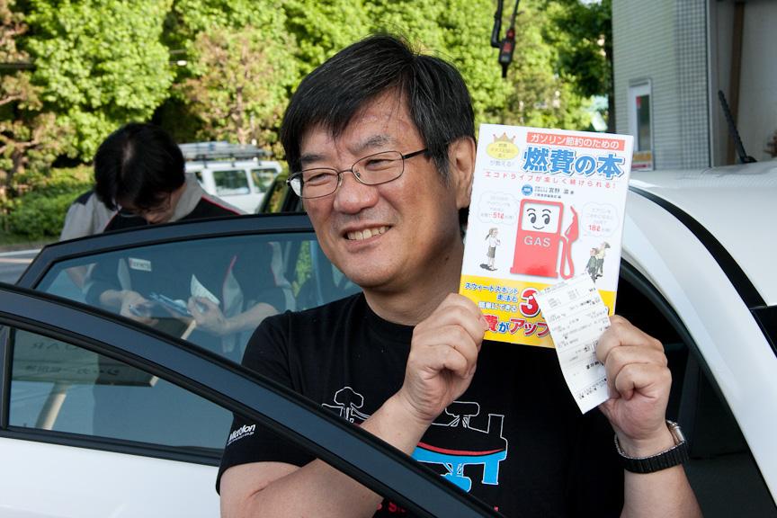 出発前の記念撮影。宮野氏が手に持っているのは自著の「ガソリン節約のための燃費の本―エコドライブが楽しく続けられる!」(三樹書房)。低燃費走行に関するテクニックがまとめられている