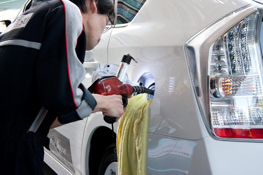 ガソリンスタンドの店員さんは、LEDライトを使って満タンになったかどうか油面チェック。ちなみに新型プリウスのタンク容量は45L