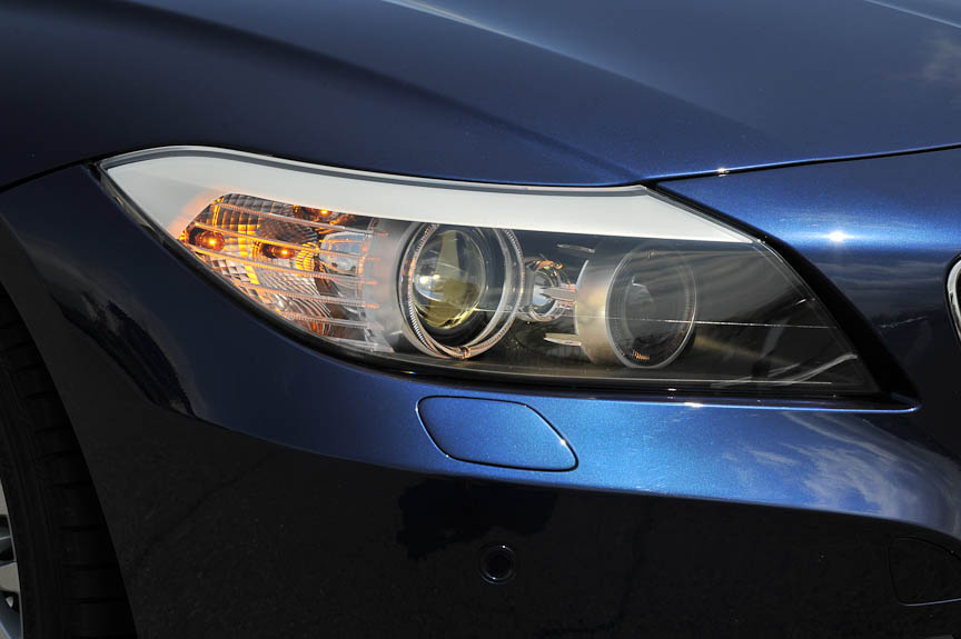 ほかの現行BMW同様、リング状のスモールライトを持つバイ・キセノン・ヘッドライト。コーナーリング時や高速走行時などに自動的に照射角などを変えるアダプティブ・ヘッドライトがオプションで装着できる