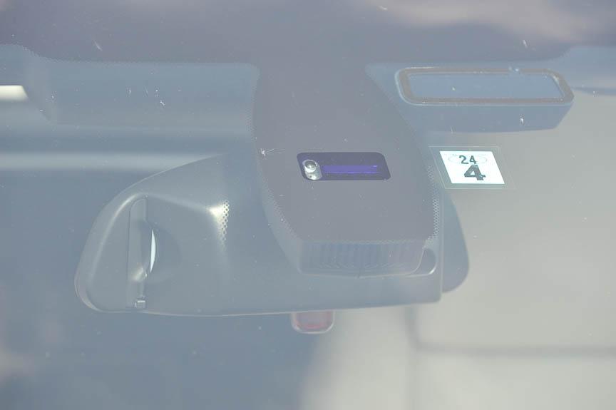 オートワイパー、オートライトのセンサーはルームミラーの前