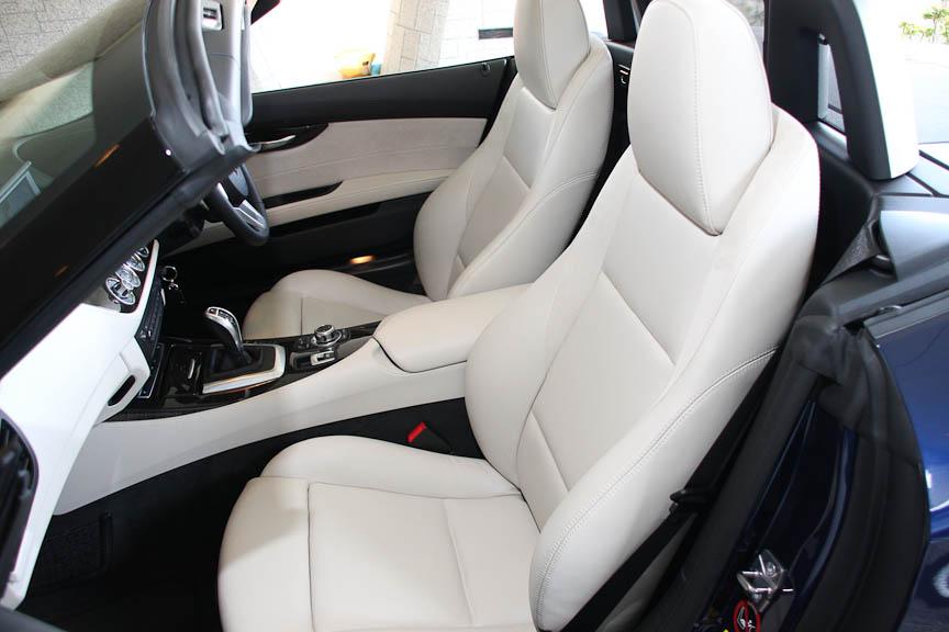 「デザイン・ピュア・ホワイト」はスポーツシートやウッド・インテリア・トリムなどを含むオプション。アイボリー・ホワイトのナッパレザーを使用し、シート表面の温度上昇を防ぐサン・リフレクティブ・テクノロジーが採用されている