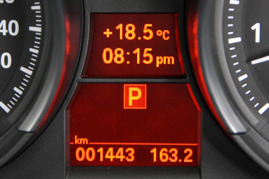 メーターパネルは中央にインフォメーションディスプレイを備え、燃費データなどを表示する