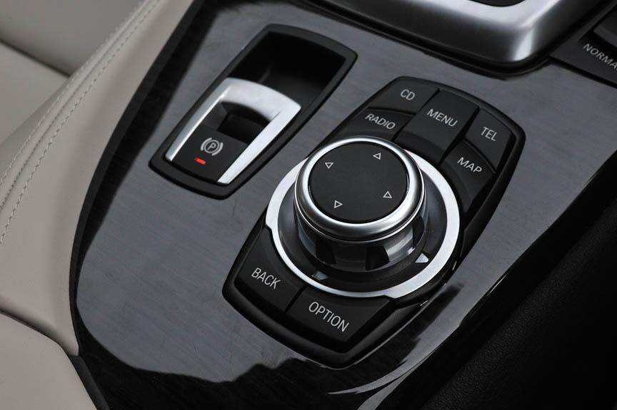 iDriveコントローラー。パーキングブレーキは電気式