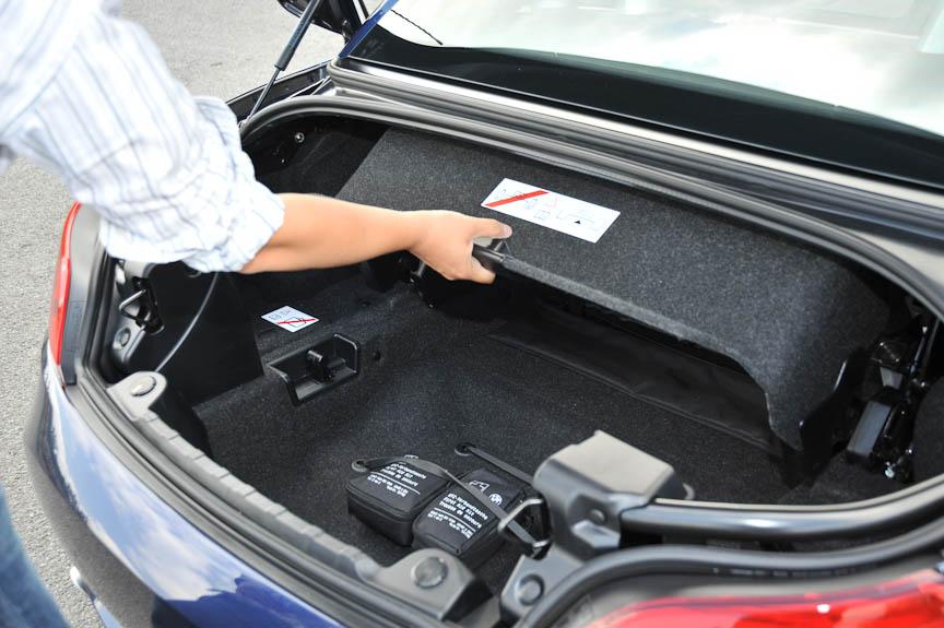 ルーフを開ける(トランクに収納する)ときは、このカバーを引き出しておく必要がある