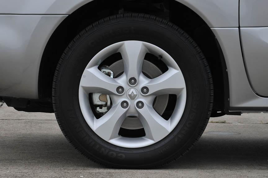 タイヤサイズは225/60 R17で、アルミホイールが標準装備。撮影車にはコンチネンタル製のConti 4X4 Contactが装着されていた
