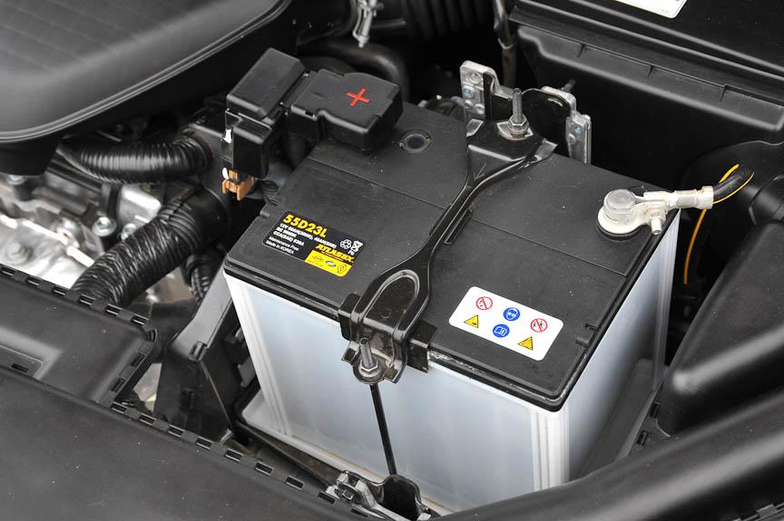 バッテリーは欧州車の規格ではなく、入手しやすい国産車と同じ規格のものが装着されている