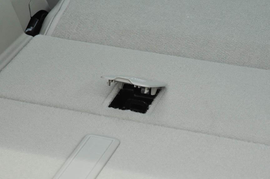 ラゲッジネットを固定するためのフックは左右に4箇所ずつ装備。コレオス・プレミアムにはネットも標準で付属する