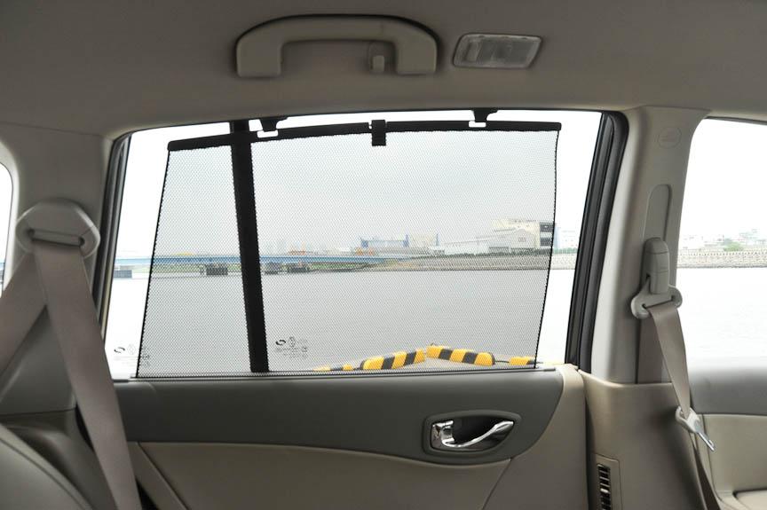 リアドアのガラスには格納式のサンシェードを内蔵している
