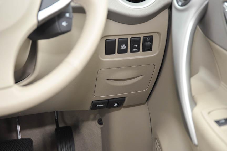 ESPの解除、光軸調整などはダッシュボード右側に配置される。その下のフタはヒューズなどのメンテナンス用で小物入れではない。ボンネットのオープナーと、フューエルリッドオープナーはさらにその下