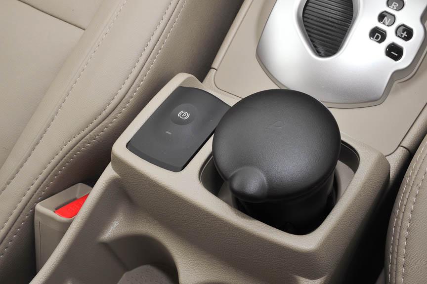 パーキングブレーキは電子スイッチ式で、海外の左ハンドル仕様車と同じく左側に装備。右側の灰皿は取り除けばドリンクホルダーにもなる。海外仕様では、この場所にカーナビのコントローラーが装備されるグレードもある