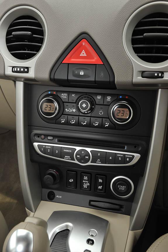 コンソールは空調の操作、オーディオの操作ができ、一番下にキーカードを挿入する口とその上にエンジンスタートのプッシュスイッチがある