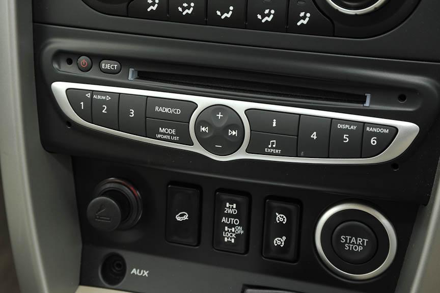 オーディオの操作部分。ラジオの周波数表示などは上部の表示ディスプレイに一括表示する