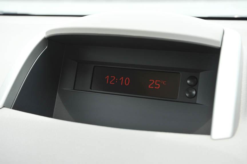 ダッシュボード中央のディスプレイ。時計や外気温を示すがオーディオ操作時はラジオ周波数や演奏曲番号などを表示する。ラジオはAM利用時、欧州車らしく「MW」と表示