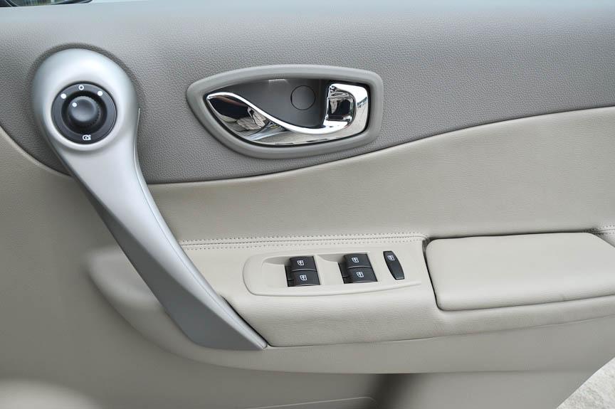 ドアは4枚分のパワーウインドースイッチがある。リモコンミラーの操作部もドアにあり、操作つまみの位置を下にすると電動格納する