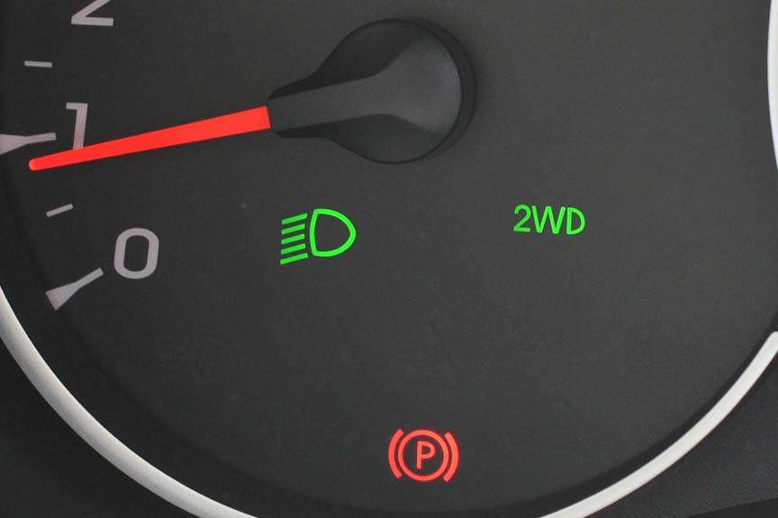 タコメーター下には各種表示が出る。ロービームを点灯、2WDを選び、パーキングブレーキを作動させている状態