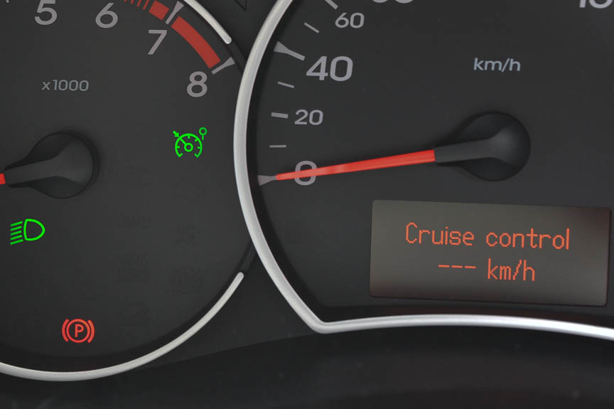 クルーズコントロールをオンにすると緑の表示と設定速度が表示される。操作はステアリングのスイッチで行う
