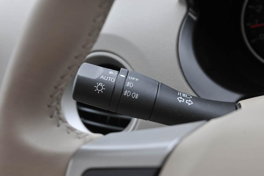 左側のコラムスイッチはウインカーとヘッドライト、前後フォグランプを操作できる。ライトはオートポジションもある