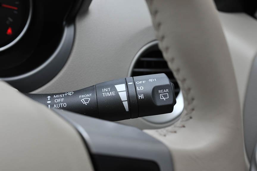 右側のコラムスイッチはワイパー操作と先端ボタンはメーター内の表示切替