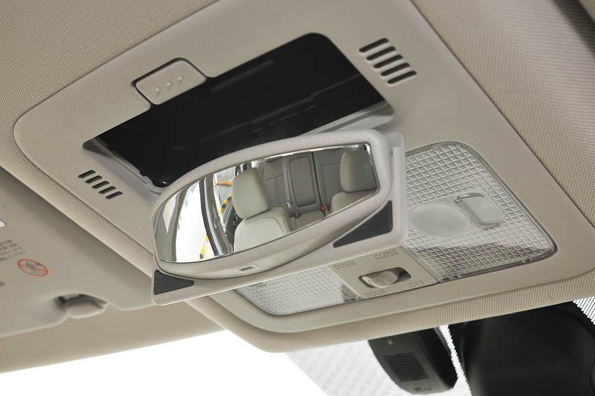 オーバーヘッドコンソールにはリアシートを確認できるミラーが格納されている。グラスルーフの開閉スイッチもここにある
