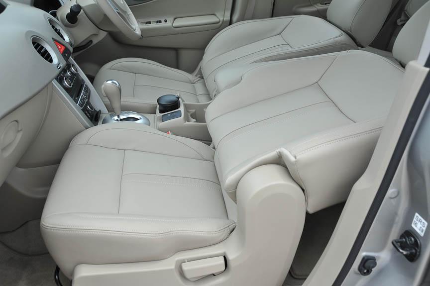 助手席シートのリクライニングは支点が上部にずれている。そのため、前に折りたたむことで、フラットなスペースができる