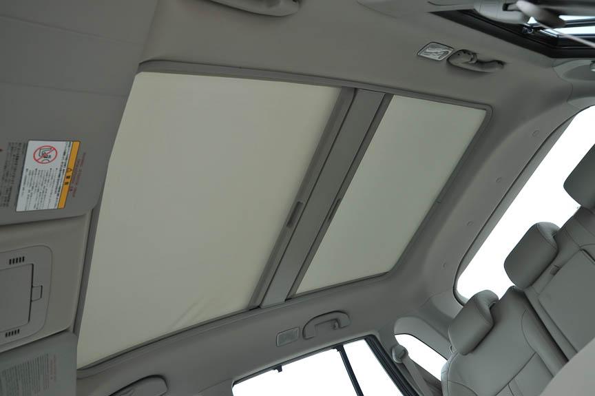 グラスルーフの下にサンシェードが装備されるが完全に光を遮るわけではない