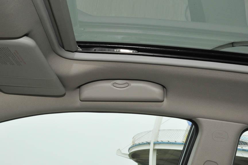 アシストグリップのある場所は、運転席だけサングラス収納できるようになっている