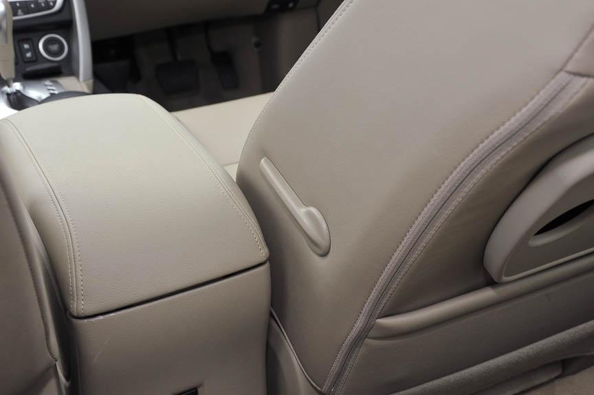 コレオス・プレミアムには運転席にランバーサポート装備