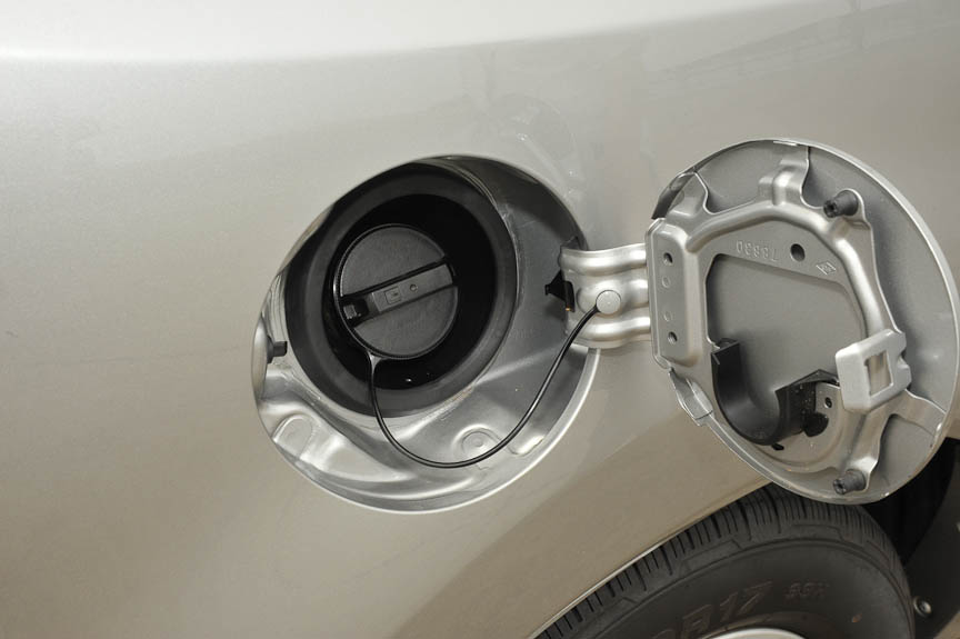ガソリンタンクのキャップは紛失しないようにワイヤーで接続される。リッド裏は外したキャップをはめ込める構造になっている