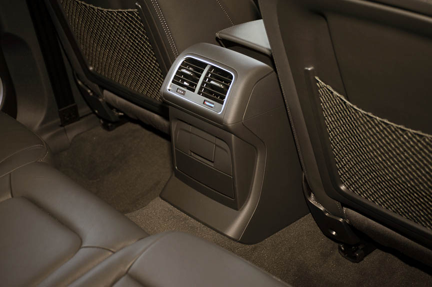 エアコンは運転席、助手席、後席を独立して設定できる3ゾーン式