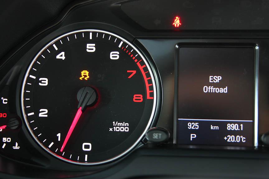 「ESP OFF」スイッチを押すと、ESPがオフになるのではなく、オフロードモードになる。ESPはオフにならない仕様