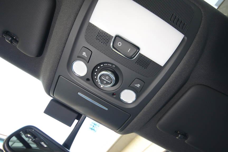 オプションの電動パノラマサンルーフは後席まで及ぶグラスルーフ。前席側は開く