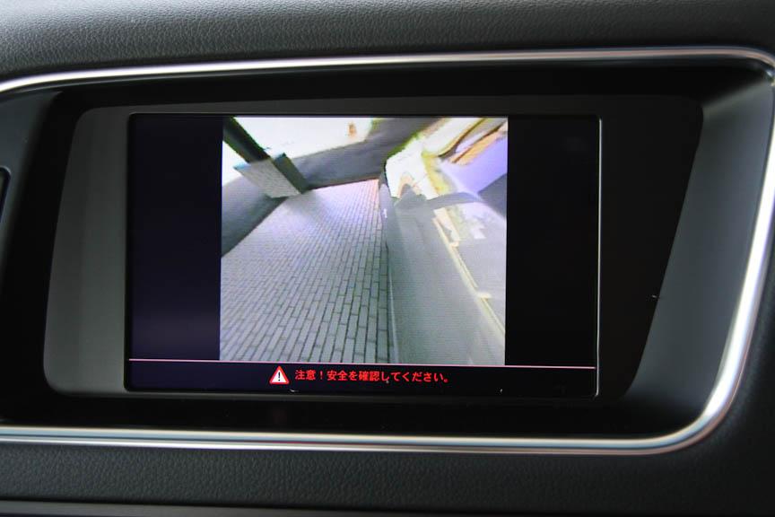 Q5はサイドアンダーミラーの代わりに、左サイドミラーの下にカメラを装備する。ドライバーの操作により、センターディスプレイで左フェンダー側面の映像を見ることができる