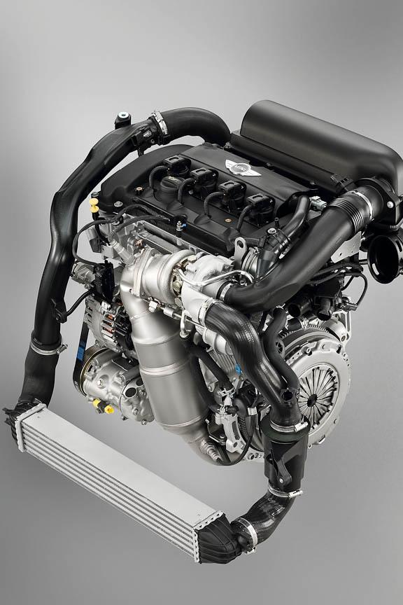 エンジン、トランスミッションのほかさまざまな専用パーツを備える